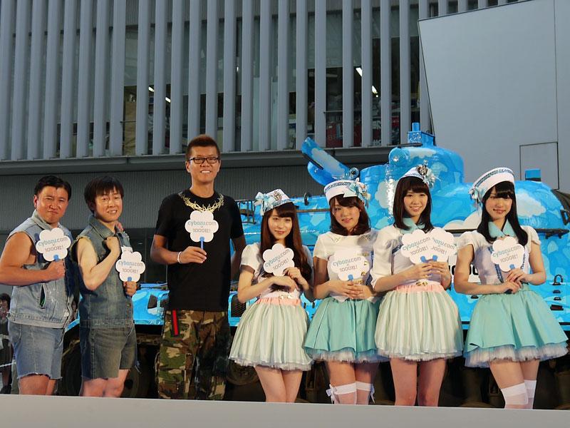 左から:スギちゃん、サイボウズ 代表取締役社長の青野鷹久氏、おちまさと氏、アイドルユニット「AeLL.」